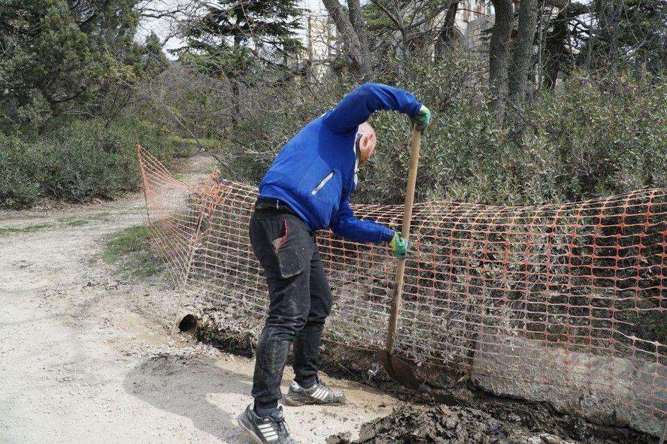Форосский парк вычищают на субботнике от мусора и грязи