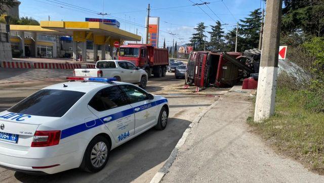 По дороге на Массандру перевернулся грузовик - видео