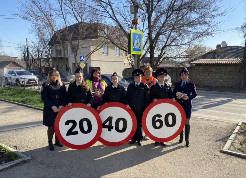 Госавтоинспекция г. Симферополя, общественники и юные инспекторы движения с помощью «живых знаков» призвали водителей соблюдать Правила дорожного движения