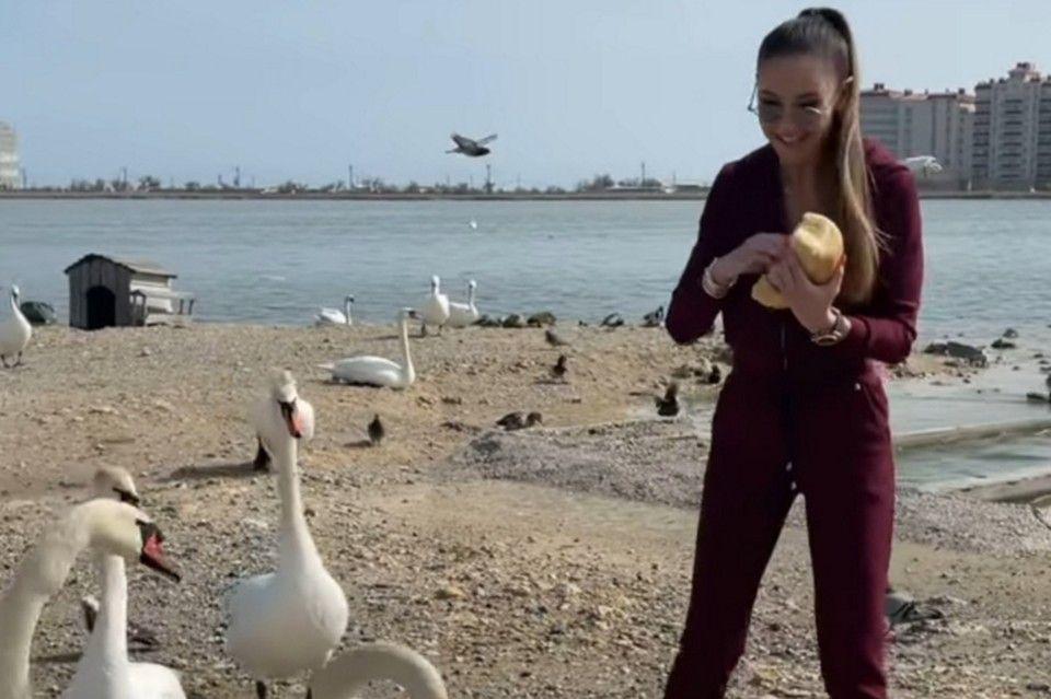 Ольга Бузова приехала в Евпаторию кормить лебедей «запрещенкой»