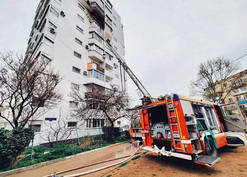 В Севастополе ликвидировали пожар в многоэтажке и спасли четверых человек