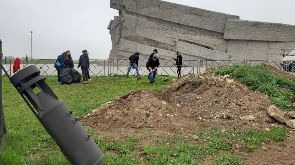 На территории Мемориального комплекса «Аджимушкай» прошел субботник