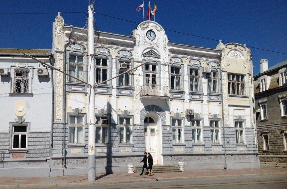 В администрации Евпатории прошли обыски: четырех сотрудников мэрии увезли на допросы