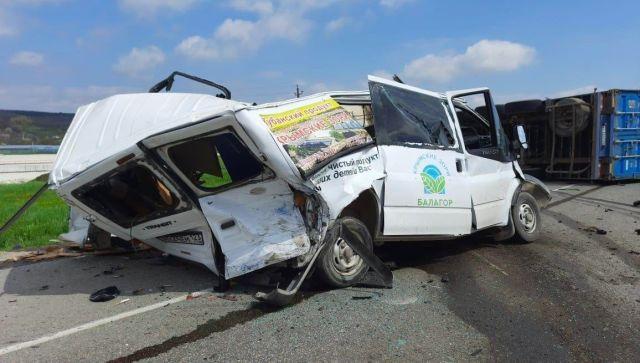На Кубани водитель микроавтобуса погиб в лобовом ДТП с фурой