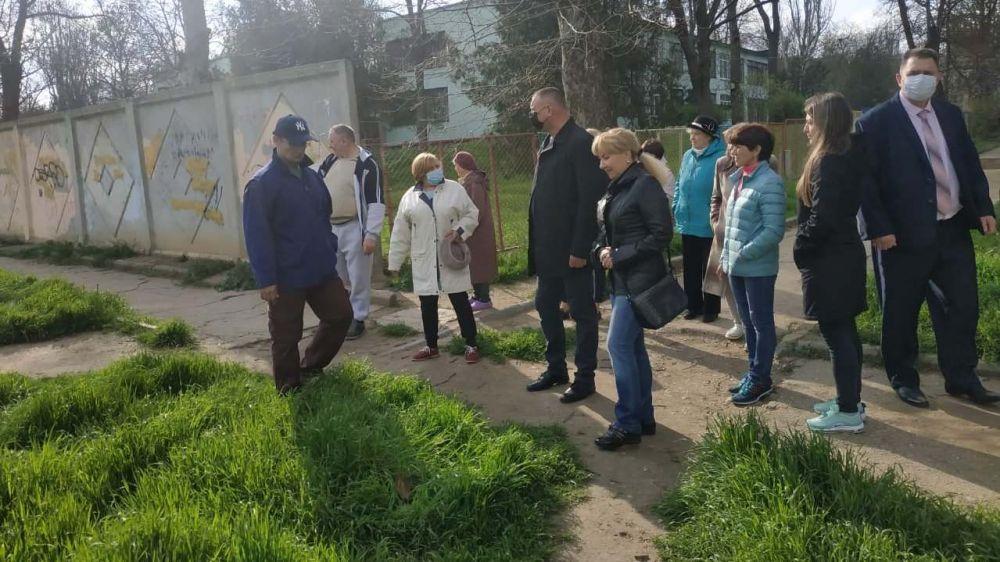 В Керчи продолжается практика выездных собраний с керчанами.