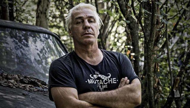 """Солист Rammstein исполнил песню Долматовского """"Любимый город"""""""