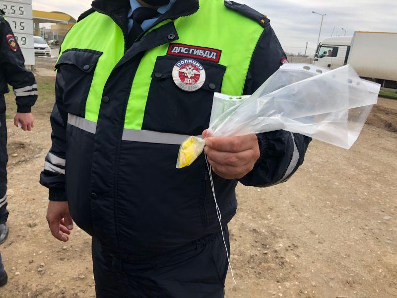 Сотрудниками сакской полиции задержана группа молодых людей, перевозивших в автомобиле крупную партию наркотиков