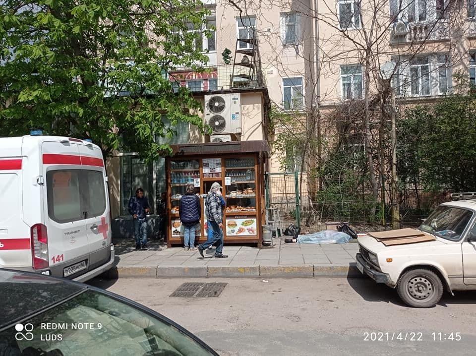В соцсетях распространяют фейк о смерти пожилой женщины на улице Ялты