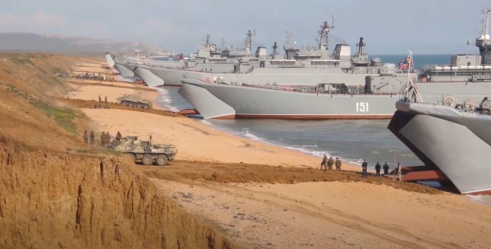 Появилось видео, как войска, задействованные в учениях в Крыму, возвращаются в пункты дислокации