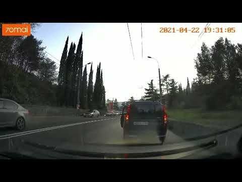 На трассе Симферополь — Ялта водитель мопеда врезался в микроавтобус и попытался сбежать