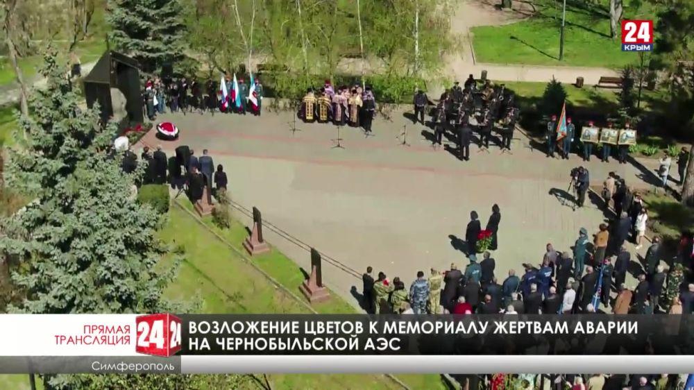 Возложение цветов к мемориалу жертвам Чернобыльской АЭС