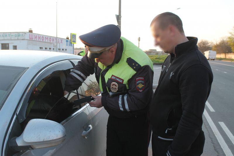 Житель Евпатории арестован на двое суток за злостное невыполение требований сотрудника полиции в связи с нарушением правил тонировки автомобиля