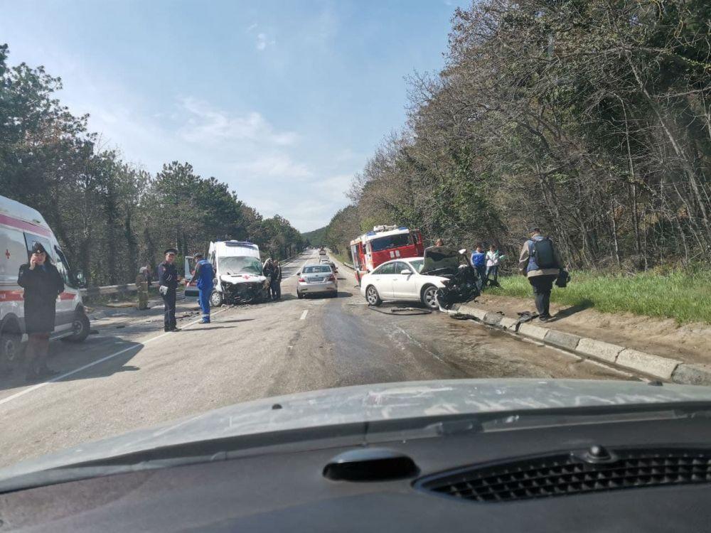 ДТП с участием скорой помощи и иномарки произошло на Южнобережном шоссе в Крыму