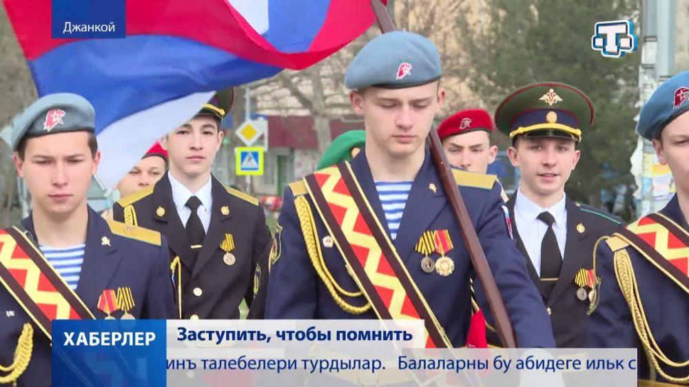 Почетный караул заступил на Пост №1 у памятника воинам авиаторам в Джанкое