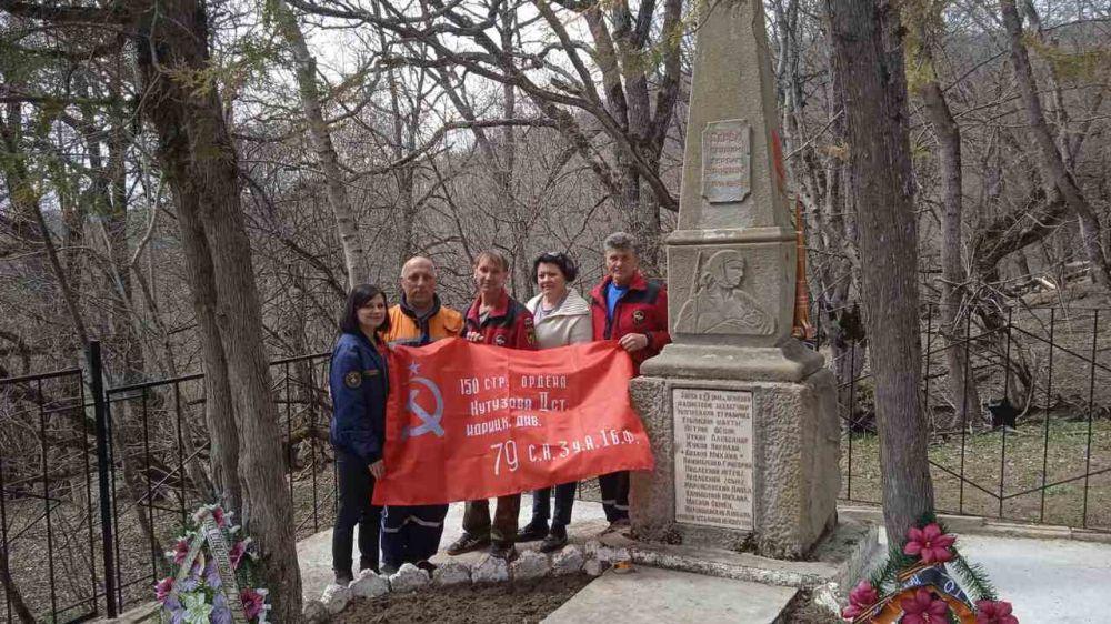 Спасатели ГКУ РК «КРЫМ-СПАС» продолжают акцию по благоустройству памятников ВОВ, находящихся в труднодоступных горных местах полуострова