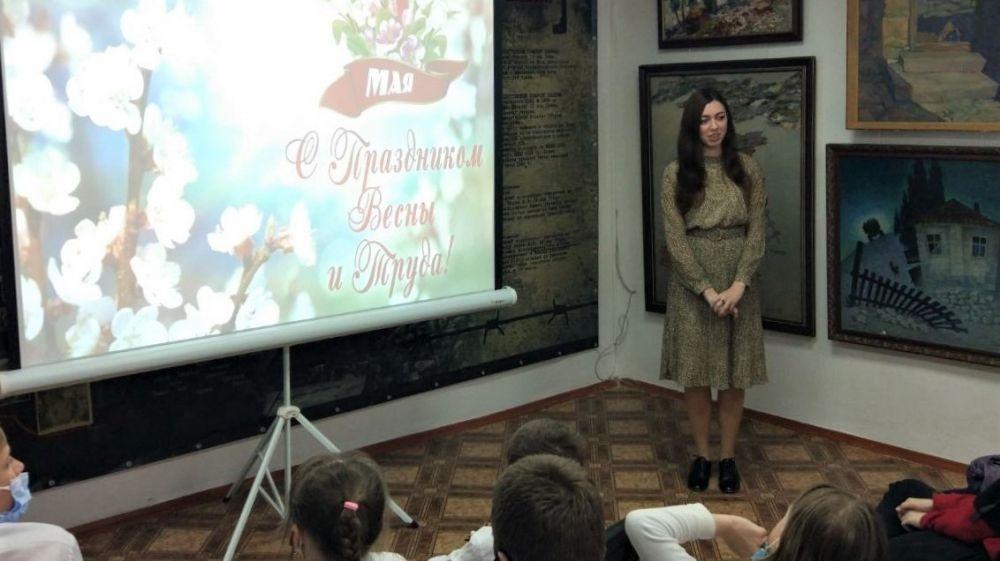 Информационный час, посвященный Празднику весны и труда, прошел в Крымскотатарском музее культурно-исторического наследия