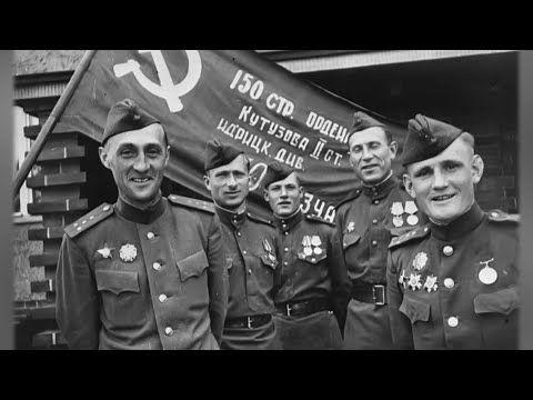 Над зданием гидрометеослужбы Севастополя водрузили копию Знамени Победы (СЮЖЕТ)