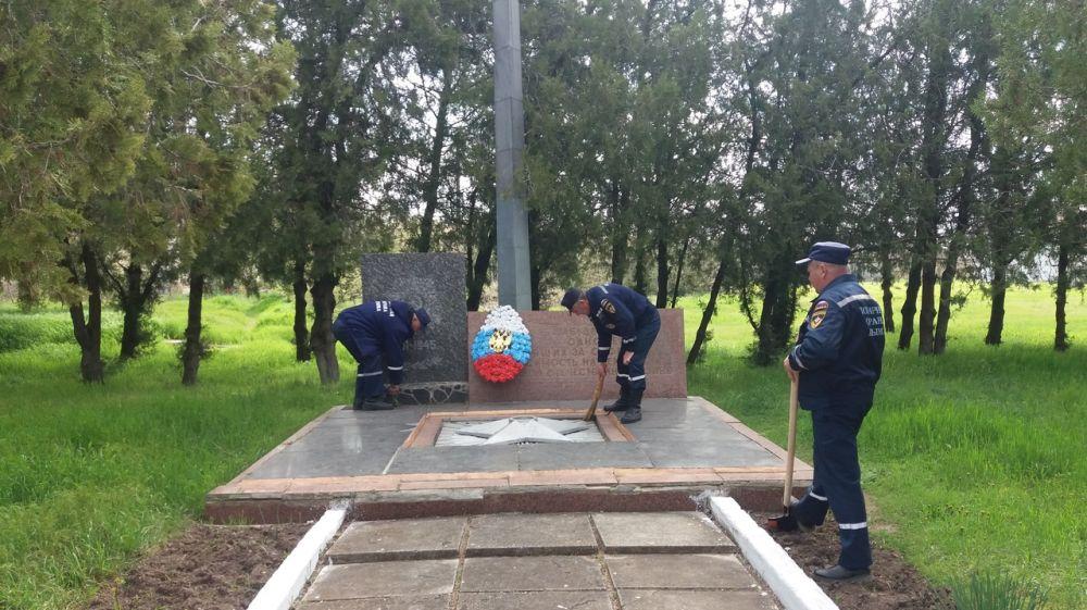 Крымские огнеборцы продолжают поддерживать порядок на памятных местах ВОВ
