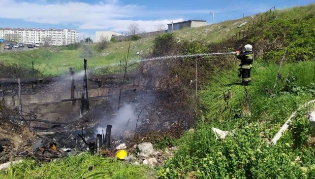 В Севастополе потушили пожар возле Камышового шоссе