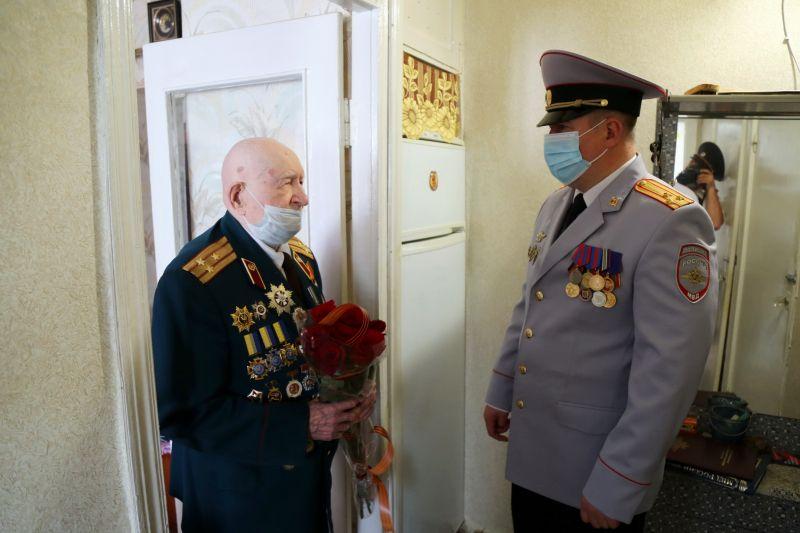 Руководители МВД по Республике Крым поздравили ветеранов с наступающим Днем Великой Победы