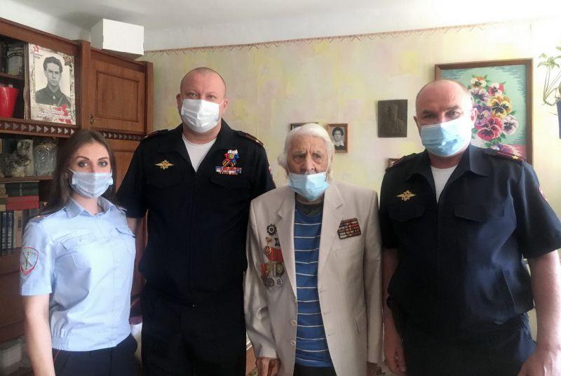 Руководители полиции Симферопольского района поздравили ветеранов органов внутренних дел с Днем Победы