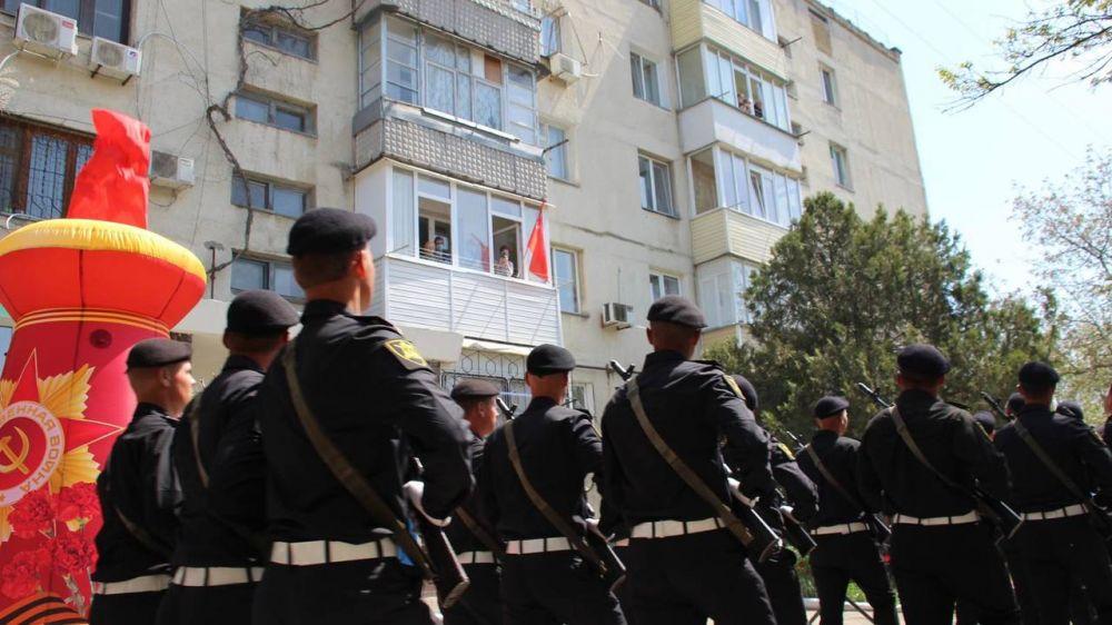 Персональный Парад Победы состоялся у дома керчанки