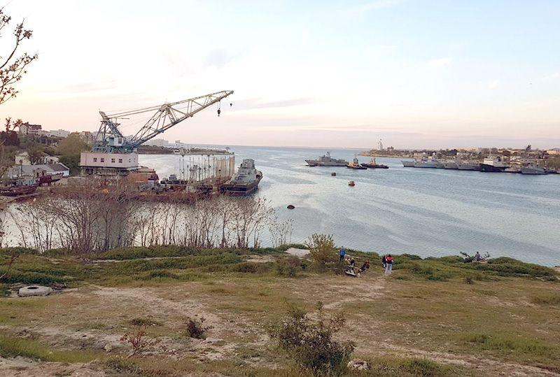 Плавкран и корабль из Казачьей бухты переместили в Стрелецкую