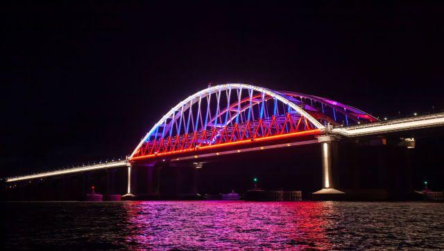 Арки Крымского моста сменили цвет: триколор через пролив