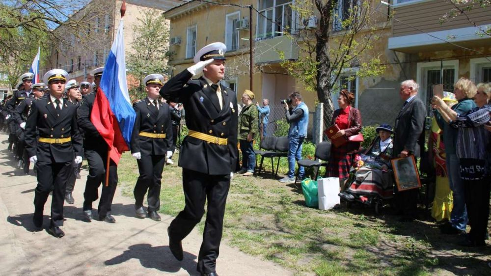 Керчане провели парад у дома фронтовой медсестры