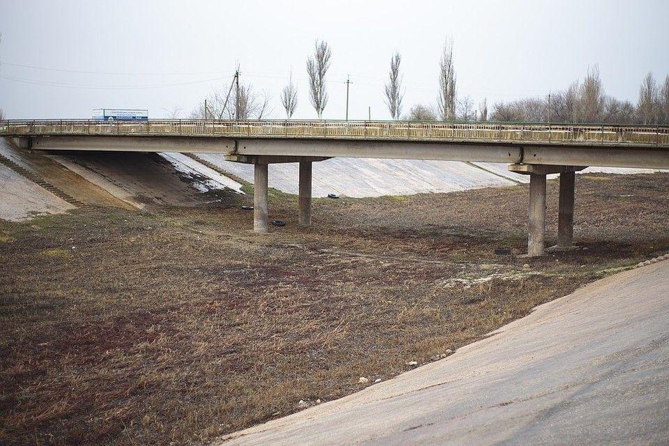 Украинская дамба, перекрывающая Северо-Крымский канал, начала разрушаться