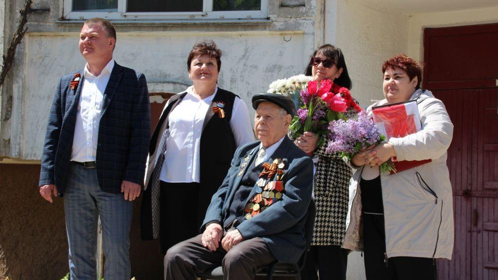 В городе-герое Керчи прошел парад у дома ветерана Великой Отечественной войны Ивана Ефимовича Макарова