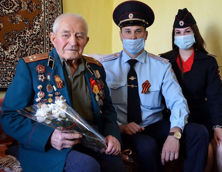 Полицейские ОМВД России по Черноморскому району поздравили ветеранов Великой Отечественной войны с наступающим Днем Великой Победы