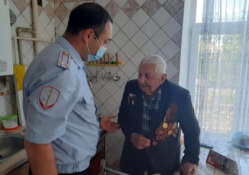 Сотрудники Симферопольской полиции поздравили ветеранов Великой Отечественной войны с Днем Победы