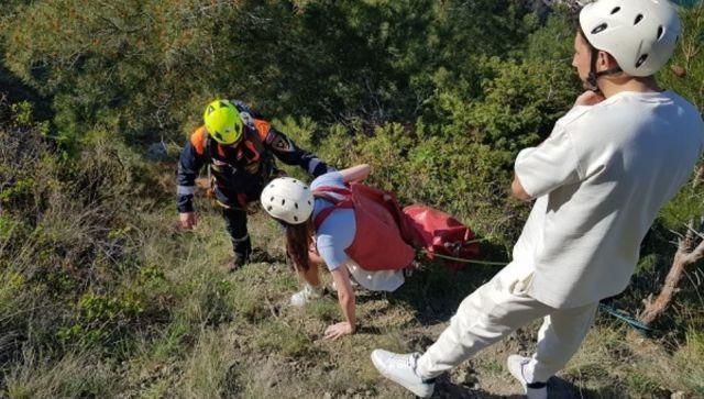 Поддалась панике: в Крыму туристка застряла на скале