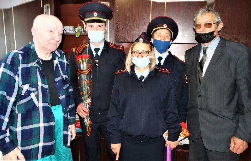 В Керчи сотрудники полиции поздравили ветеранов органов внутренних дел с Днем Победы