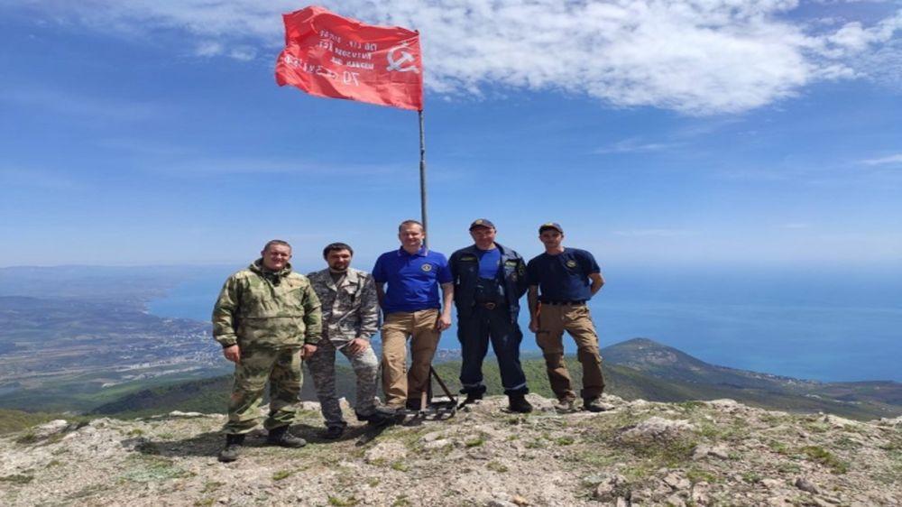 Спасатели Алуштинского АСО установили Знамена Победы на г. Куш-Кая и Эклизи-Бурун