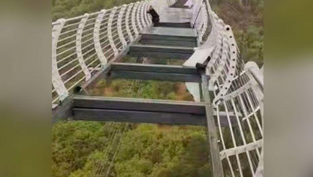 """Стеклянный мост над пропастью """"ушел"""" из-под ног туриста - фото"""