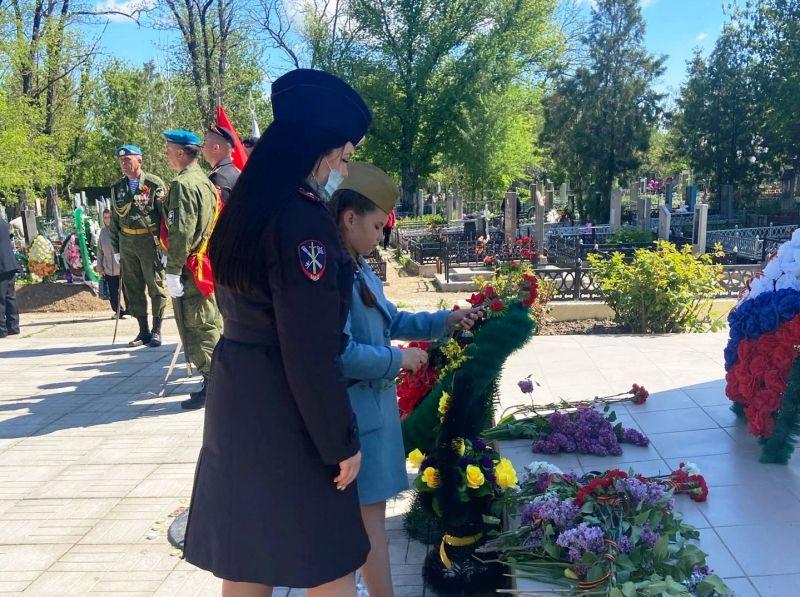 Сотрудники ОМВД России по Нижнегорскому району поздравили ветеранов Великой Отечественной войны с Днем Великой Победы