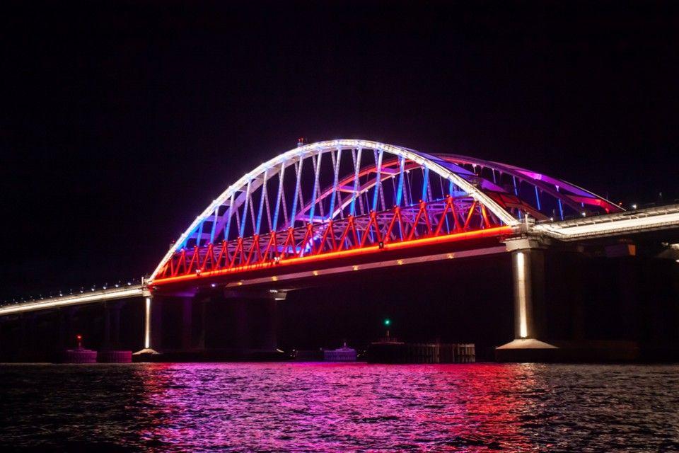 Новая подсветка на арках Крымского моста стала помехой для водителей