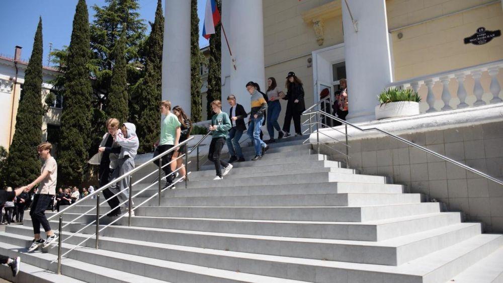 В школах Ялты отработали действия при чрезвычайных ситуациях