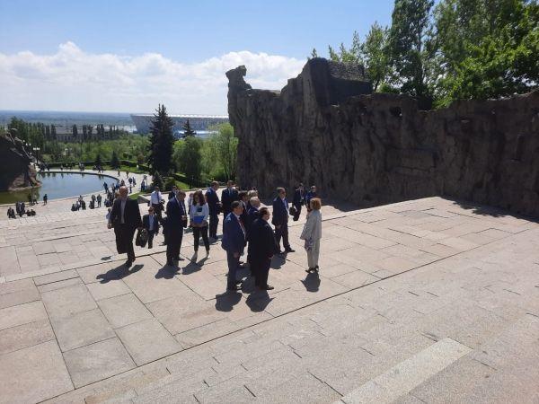 Парламентарии Юга России возложили цветы на главной высоте России - Мамаевом кургане в Волгограде