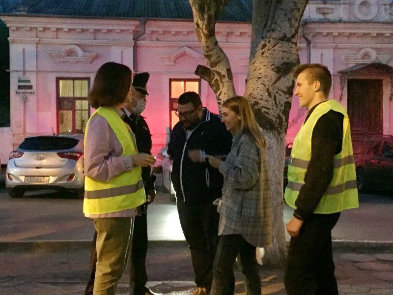 В Феодосии Госавтоинспекция со школьниками и спортсменами провели флешмобы «Засветись - стань ярче на дороге», «Мы за безопасность на дороге, стань заметен!»
