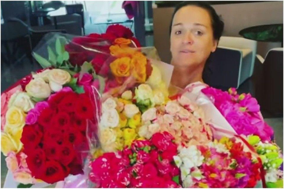 Исполнительница хита «Одиночество-сволочь» подаренные в Крыму розы сдала в багаж