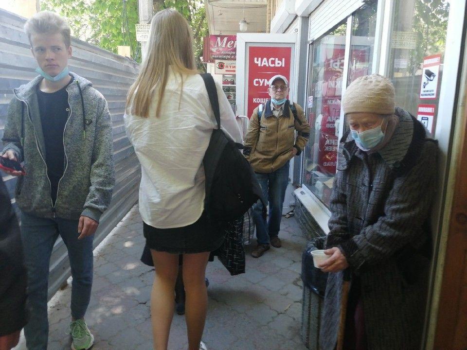 В Симферополе многолюдную площадь Куйбышева перекроили грязными профлистами