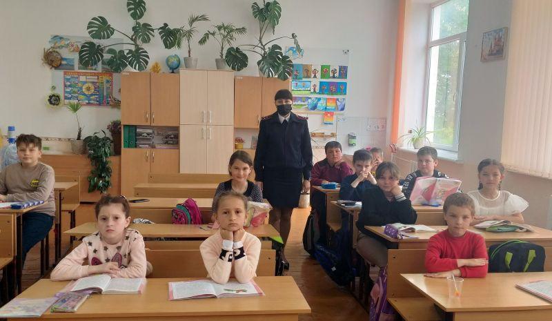 В преддверии летних каникул сотрудники Госавтоинспекции Красногвардейского района провели для школьников «Единые уроки безопасности дорожного движения»