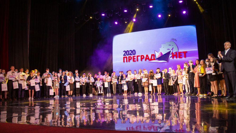 Иван Фурс вручил памятные подарки участникам ежегодного конкурса на соискание Премии общественного признания «Преград нет-2020»