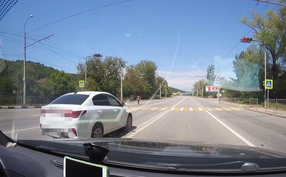 Пешехода под Симферополем чуть не сбил водитель на иномарке