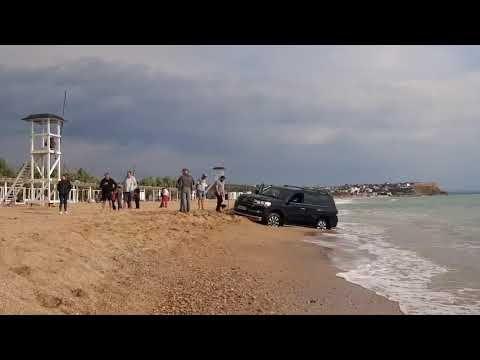 Автохам решил погонять на пляже в Севастополе и поплатился