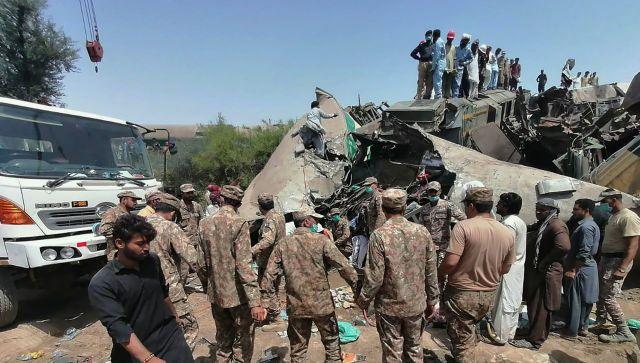 Десятки погибших: в Пакистане столкнулись два поезда - видео