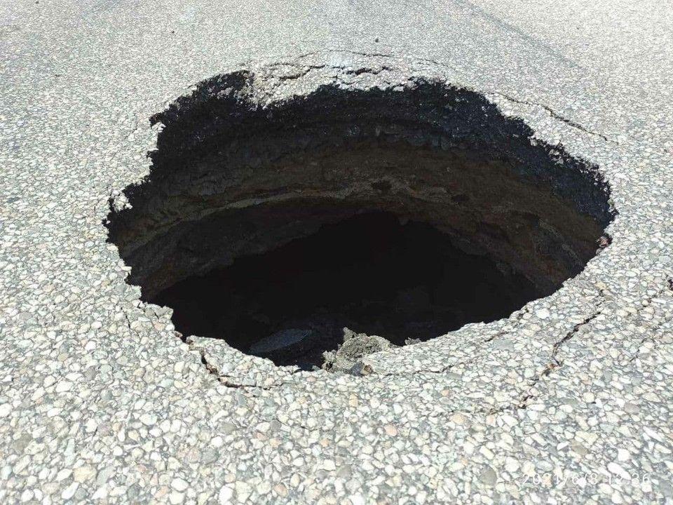 «Дырка посреди дороги»: На ГРЭСе в Симферополе обвалился асфальт